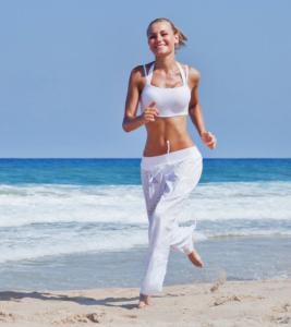 Frau sprintet am Strand